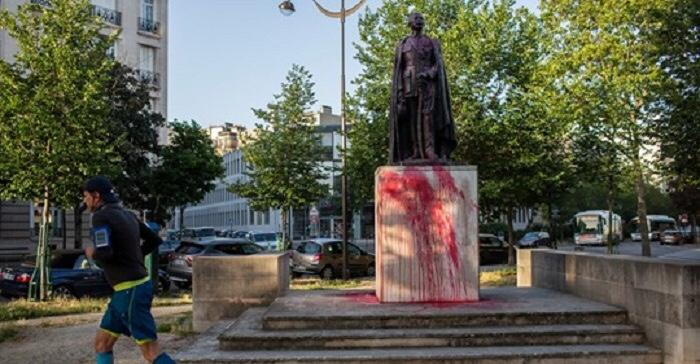 Lyautey's Statue wurde in Paris mit roter Farbe besprüht